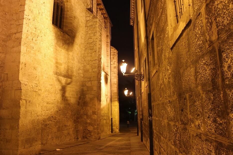 Burgos-Turismo_Visita-guiada_Nocturna_Burgos-Leyenda_Calle-Santa-Agueda